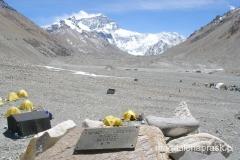 Bazowego - na pierwszym planie obozowy cmentarz