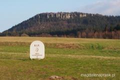 widok na Szczeliniec Wielki spod schroniska PTTK Pasterka