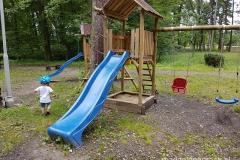 w przypałacowym parku znajduje się mały plac zabaw