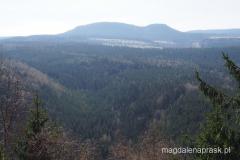 widok na Szczeliniec ze szczytu Božanovský Špičák