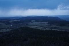 widok o zachodzie słońca na Broumovske Steny ze szczytu Szczelińca Wielkiego