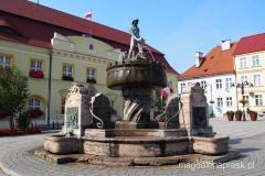 pomnik rybaka na rynku w Darłowie
