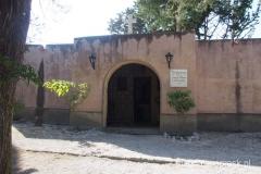 kościółek nieopodal krzyża