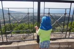 Wojtuś podziwia widoki ze szczytu Filerimos - spod krzyża