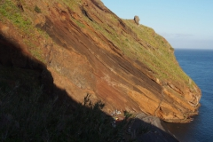 zbocze stromo opadające do oceanu - wzdłuż skały poprowadzona jest trasa kolejki linowej