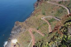 bardzo stroma droga prowadząca do niewielkiej plaży Praia Ponta de Garaju