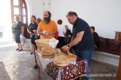 dzielenie chleba w kruchcie kościoła
