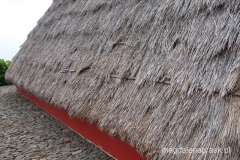 domki są drewniane, a ich pochyłe dachy kryte strzechą sięgają niemal do ziemi