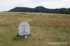 pomnik w pobliżu schroniska Pasterka