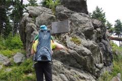 Skała Niedźwiedzia i tablica pamiątkowa Hermanna Henkla