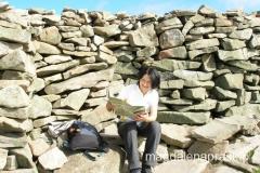 na szczycie ustawione są kamienne murki, które chronią przed okrutnym wiatrem jaki zazwyczaj tutaj wieje