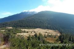 w dole Przełęcz Brona; w tle dymiący szczyt Babiej Góry