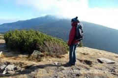 na szczycie Mała Babia Góra (1.517m npm); w tle dymiący szczyt Babiej Góry