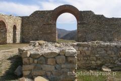 zrekonstruowana główna brama wejściowa z ceglanym łukiem
