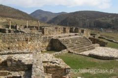 ruiny sa położone u podnóża gór Plackovica