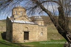 w pobliżu ruin znajduje się średniowieczna cerkiew św. Jerzego