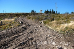 spojrzenie za siebie na szczyt Baraniej Góry - widoczna jest charakterystyczna wieża widokowa