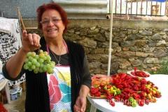 Pani chwali się winogronami ze swojego ogródka