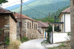 przejazd przez wieś Ljubojno z dużymi kamiennymi domami