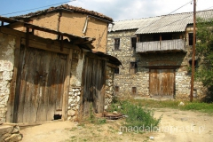ale tutejsze wsie mają też takie oblicze - stare, drewniane lub kamienne domy rozpadają się