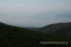 cerkiew jest położona ponad wsią Slivnica - w dole widać Jezioro Prespańskie