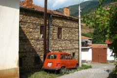 jakby się cofnąć w czasie - kamienne domy i samochód sprzed lat