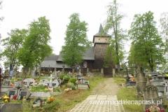 nad wsią góruje (położony na wzgórzu) zabytkowy drewniany kościółek