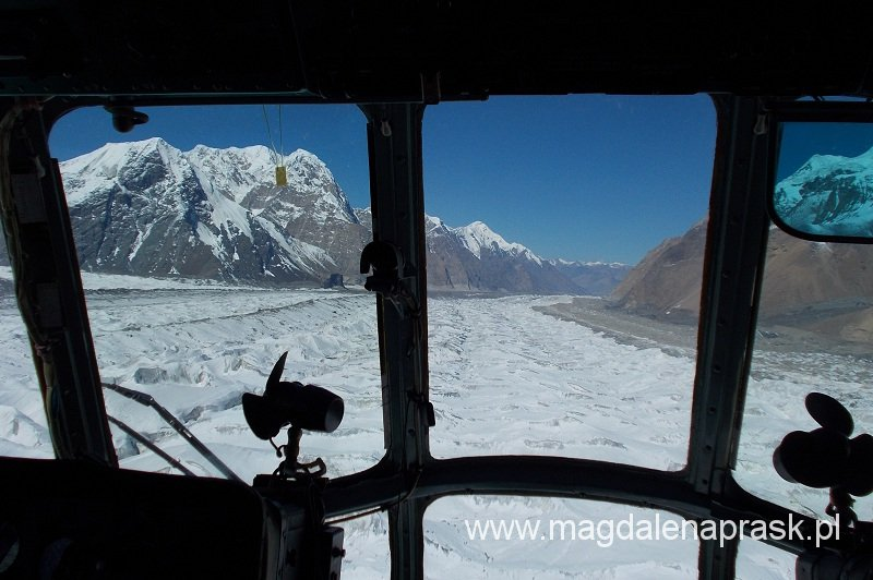 wylot z Bazy ponad lodowcem Inylczek; w kabinie pilota śmigłowca