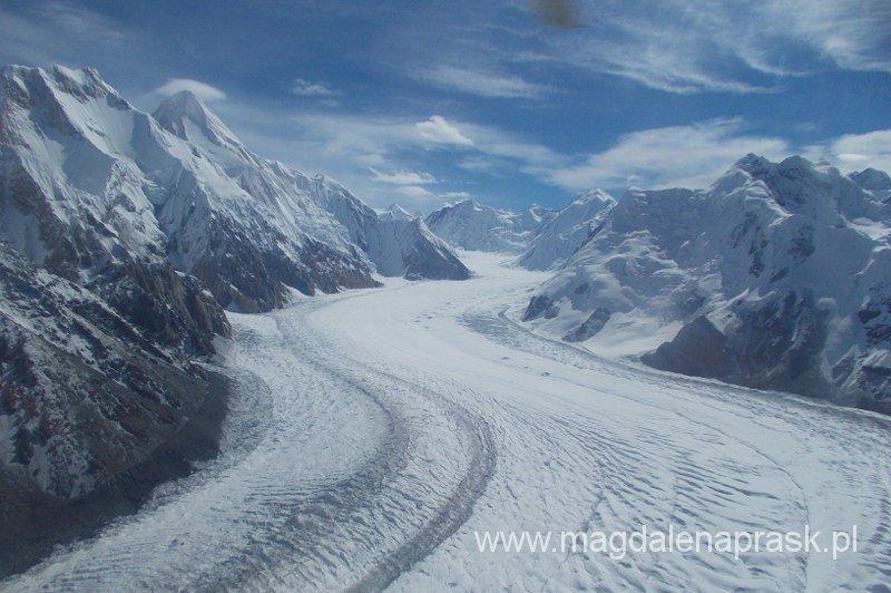 widowiskowy lot helikopterem nad lodowcem Południowy Iginlczek, po lewej szczyt Chan Tengri