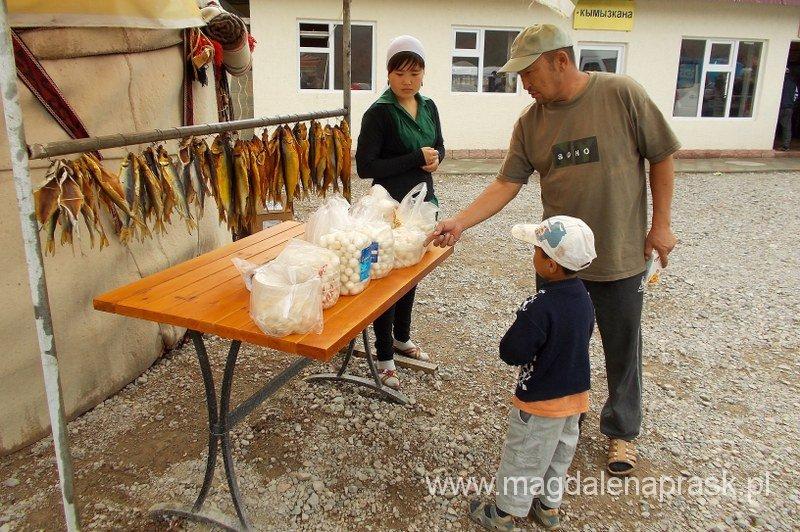 przydrożny stragan na drodze z Biszkeku do Karakol; suszone ryby i serowe kuki - kirgiskie smakowitości