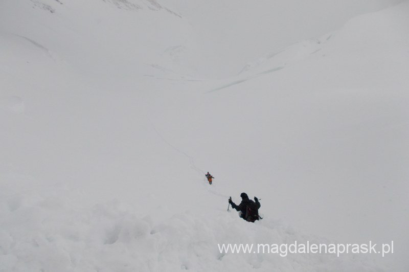 przedzieramy się przez śnieg po pas