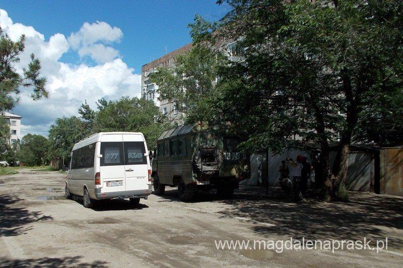 nasz transport: auto białe na trasie Biszkek-Karkaol, pojazd po prawej na trasie Karakol-Mayda Adyr