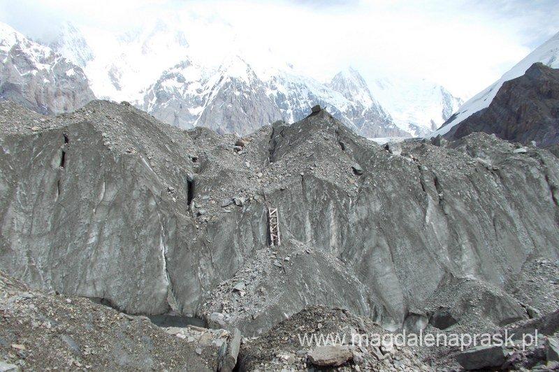lodowe zbocze, które trzeba pokonać idąc z Bazy Ak Sai Travel w kierunku Chan Tengri