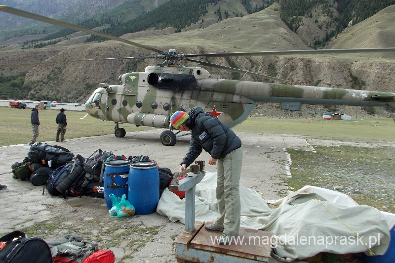 przed wejściem do helikoptera ważony jest cały bagaż