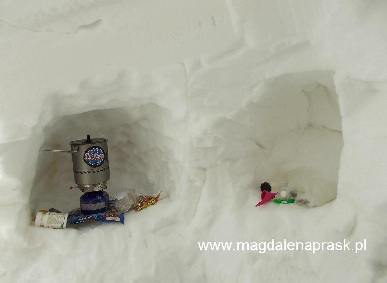 w jamie śnieżnej w Obozie III; po prawej moja łazienka, po lewej: kuchnia