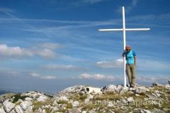 nieopodal szczytu Dinara jest postawiony biały krzyż