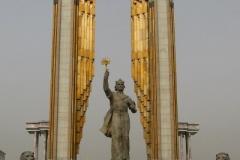 Ismail Somoni to bohater narodowy uznawany za ojca narodu Tadżyckiego. Somoni żył w latach 892 do 907 i rządził terytorium obejmującym część dzisiejszego Tadżykistanu, Uzbekistanu, Kazachstanu, Kirgistanu, Turkmenistanu