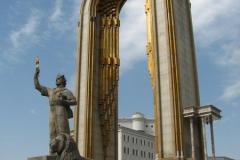 pomnik Ismaila Somoni - pomnik powstał w 1991r. i zastąpił stojącego tu przez wiele lat Lenina