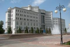na tyłach pomnika Ismaila Somoni zorganizowany został ogromny park w którym usytuowano monumentalne budowle, pomniki, fontanny oraz dużo zieleni