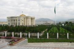 zorganizowany został ogromny park w którym usytuowano monumentalne budowle, pomniki, fontanny oraz dużo zieleni