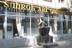 spacerując ulicą Rudaki napotykam co rusz na ciekawe rzeźby i zadbane budynki