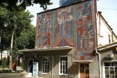 ciekawa mozaika na ścianie budynku