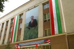 częsty obrazek w Tadżykistanie - podobizna Prezydenta na wielkich plakatach