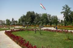 wielka flaga Tadżykistanu powiewa nad centrum miasta