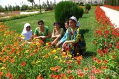 młodzież Tadżykistanu jest bardzo konserwatywna co widać choćby po ubiorze