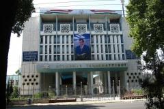 spacerując ulicą Rudaki - podobizna Prezydenta Tadżykistanu zawieszona jest na wielu budynkach w centrum miasta (ale też i w całym kraju)