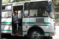 każdy autobus i trolejbus, poza kierowcą, ma swojego naganiacza / kasjera