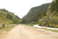 droga prowadząca w góry, pójdziemy cały czas wzdłuż potoku (płynącego tutaj po prawej stronie)