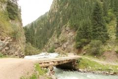 malownicza droga prowadząca w głąb gór