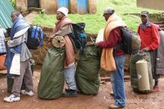 Tanzania - porterzy czekają w kolejce do ważenia bagażu, który będą wnosić podczas trekkingu na Kilimandżaro